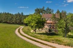 一个木屋顶的建筑在一个生态房子里 在大厦信封的外在工作 房子ne的木结构 免版税库存照片