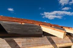一个木屋顶的建筑在一个生态房子里 在大厦信封的外在工作 房子ne的木结构 库存图片