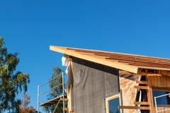 一个木屋顶的建筑在一个生态房子里 免版税库存照片