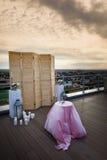 一个木屏幕在多云天空的背景 秀丽,婚姻的装饰,结婚登记,在屋顶 免版税库存照片