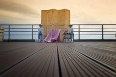 一个木屏幕在多云天空的背景 秀丽,婚姻的装饰,结婚登记,在屋顶 库存照片