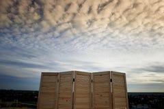 一个木屏幕在多云天空的背景 beauvoir 库存照片