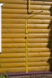 一个木房子和气体管道的墙壁 图库摄影