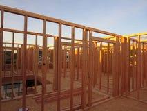 一个木房子的二楼房间框架建设中 免版税库存图片