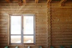 一个木房子的内部看法建设中 免版税库存图片