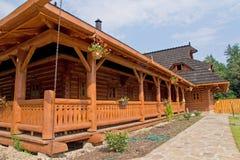 一个木房子的大阳台的细节 库存照片