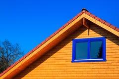 一个木房子的屋顶有蓝天的在背景中 库存图片