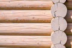 一个木房子的建筑从日志的 生态学房子 新技术在建筑 免版税库存图片
