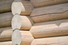 一个木房子的建筑从日志的 生态学房子 新技术在建筑 库存照片