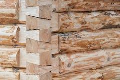 一个木房子的建筑由日志做成 框架的壁角部分 库存照片