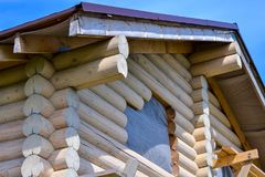 一个木房子的建筑由日志做成 生态学房子 免版税库存照片