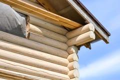 一个木房子的建筑由日志做成 生态学房子 图库摄影