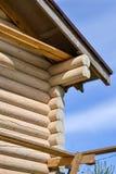 一个木房子的建筑由日志做成 生态学房子 免版税库存图片