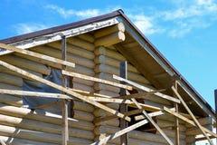 一个木房子的建筑由日志做成 生态学房子 库存照片