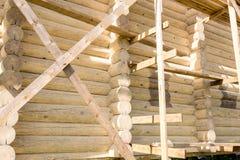 一个木房子的建筑的片段由圆的日志做成 木屋的接近的图象 免版税库存照片
