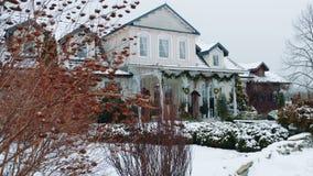 一个木房子的电影射击在一美好的多雪的天 偏僻的房子在风化降雪的中部在a期间 影视素材