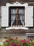 一个木房子的美好的外部快门设计圣的Pankraz,南蒂罗尔,意大利 免版税库存图片