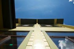 一个木房子的门面天空背景的  免版税库存图片