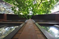 一个木房子的门面天空背景的  免版税库存照片