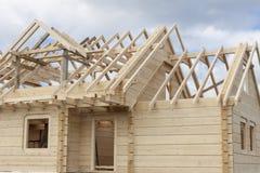 一个木房子的结构建设中 免版税库存照片