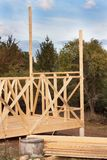 一个木房子的建筑在房子的森林建筑 生态学的建筑 家庭房子的建筑 免版税库存图片