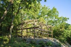 一个木房子的建筑在森林里 免版税库存照片