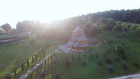 一个木教会的鸟瞰图日落的 影视素材