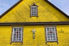 一个木教会门面的片段 库存图片