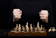 一个木棋盘的特写镜头有棋形象和girl&的x27; 免版税库存照片