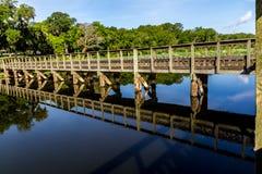 一个木渔船坞的有趣的透视在一个夏日。 库存图片
