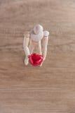 一个木玩偶人在情人节 显示在木地板上的爱与温暖 免版税库存图片