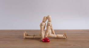 一个木玩偶人用心形的巧克力在情人节 免版税库存图片