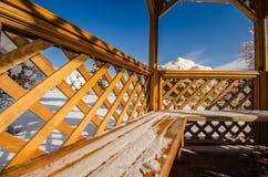 一个木眺望台在雪和蓝天的一个公园 免版税库存图片