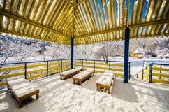 一个木眺望台在雪和蓝天的一个公园 库存图片