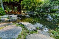 一个木眺望台的风景在一个小池塘旁边的 库存图片