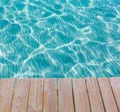 从一个木码头的热带海水纹理 免版税库存图片