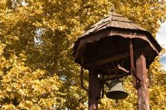 一个木结构的保护的响铃在公园 库存照片