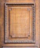 一个木门的元素与一个被雕刻的框架的 库存图片
