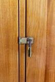 从一个木门的挂锁 库存照片