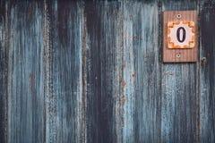 一个木门的纹理,绘在蓝色和黑,与数字零,蓝色设计背景的一个标志 免版税库存图片