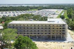 一个未完成的旅馆大厦的鸟瞰图, parki 免版税库存照片