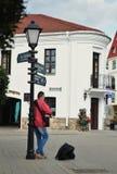 一个未认出的人在Troitskoe郊区弹吉他 免版税图库摄影