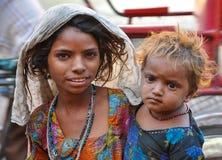 一个未认出的印地安女孩和她的小姐妹的画象在街道上 免版税库存图片