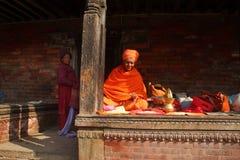 一个未认出的圣洁者坐在Pashupathinath寺庙 免版税库存图片