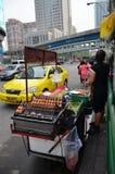 一个未认出的摊贩在路边餐厅烹调  免版税库存图片