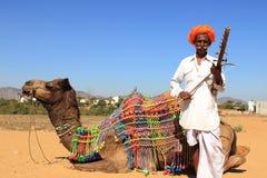 一个未认出的游牧人在2015年2月05日的沙漠演奏ravanahatha在普斯赫卡尔,印度 库存图片