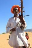 一个未认出的游牧人在2015年2月05日的沙漠演奏ravanahatha在普斯赫卡尔,印度 免版税库存图片