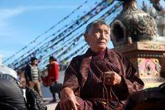 一个未认出的献身者提议祈祷在佛教朝圣中心Boudhanath Stupa 库存图片