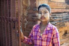 一个未认出的缅甸女孩显示她的与田中印刷品的面孔 免版税图库摄影
