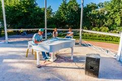 一个未认出的年轻人在公开音乐亭子弹钢琴 库存图片